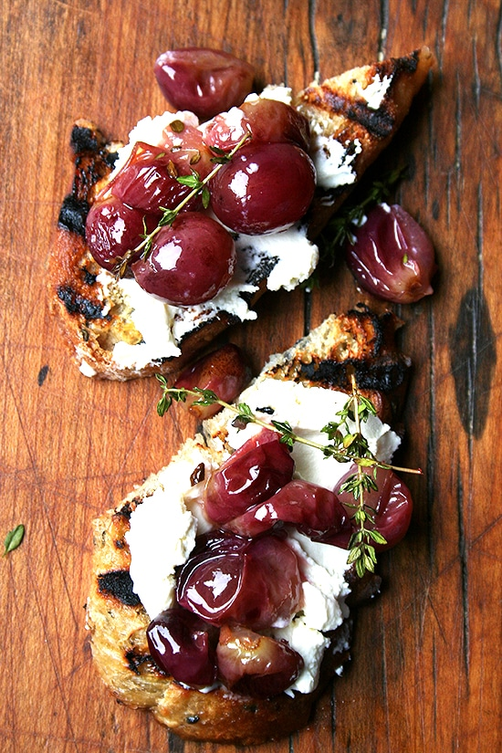 Bread, mascarpone and grapes is one of the 5 snacks that anyone can make